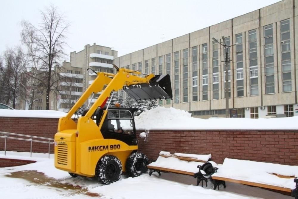 уборка снега с помощью мини погрузчика в стесненных условиях