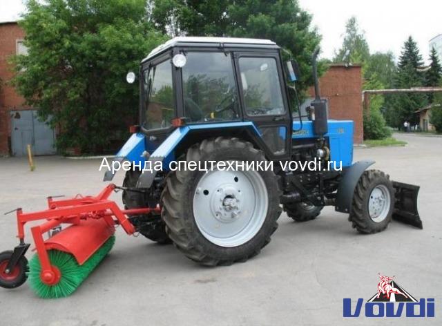 Трактор с щеткой и отвалом